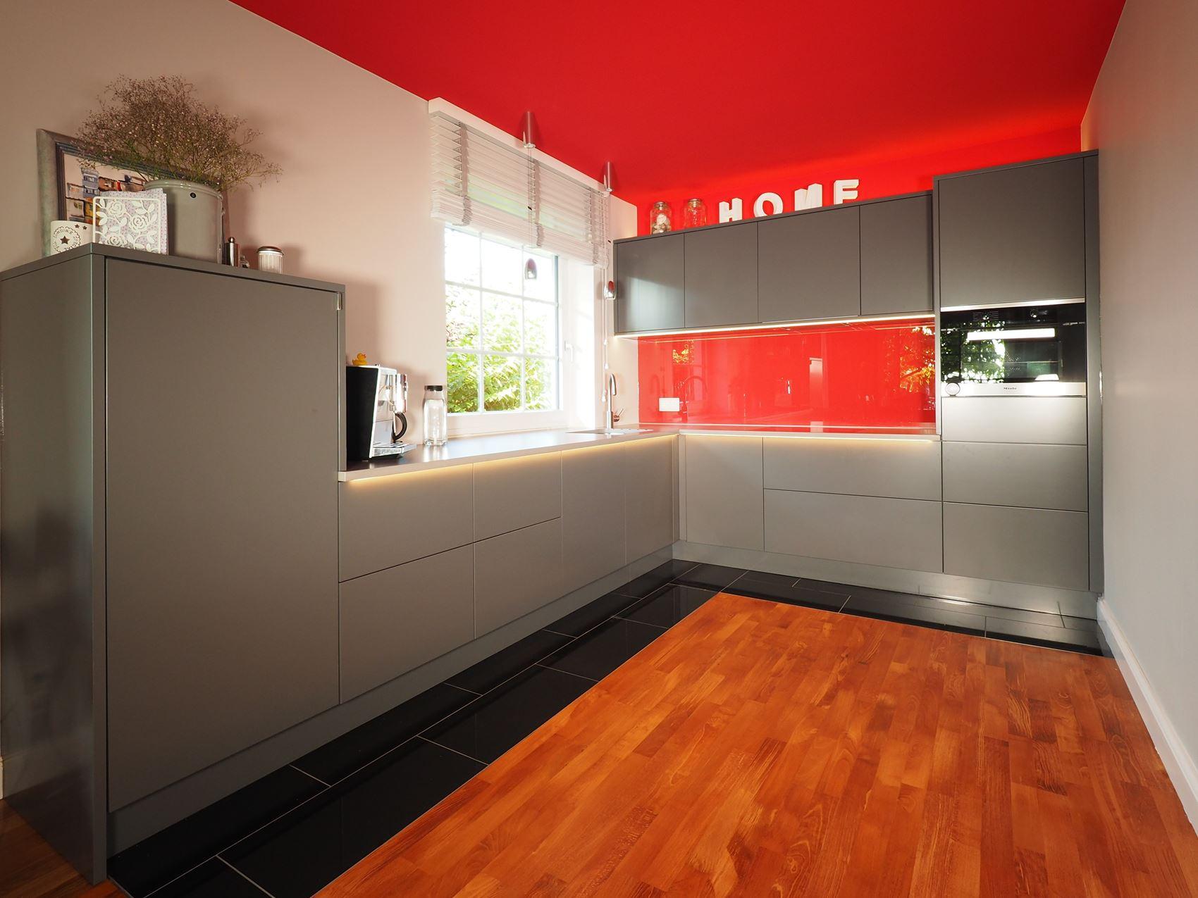 k che mit lackierten fronten hamburger m bel. Black Bedroom Furniture Sets. Home Design Ideas