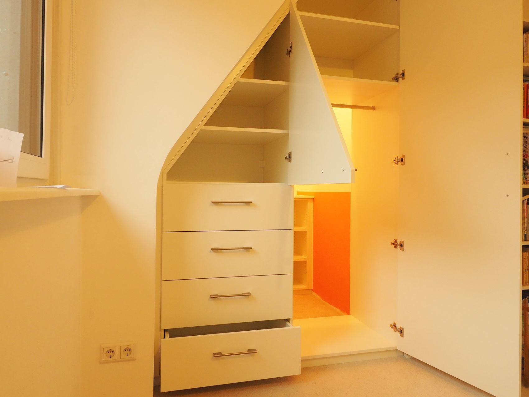 kleiderschrank unter einer dachschr ge hamburger m bel. Black Bedroom Furniture Sets. Home Design Ideas