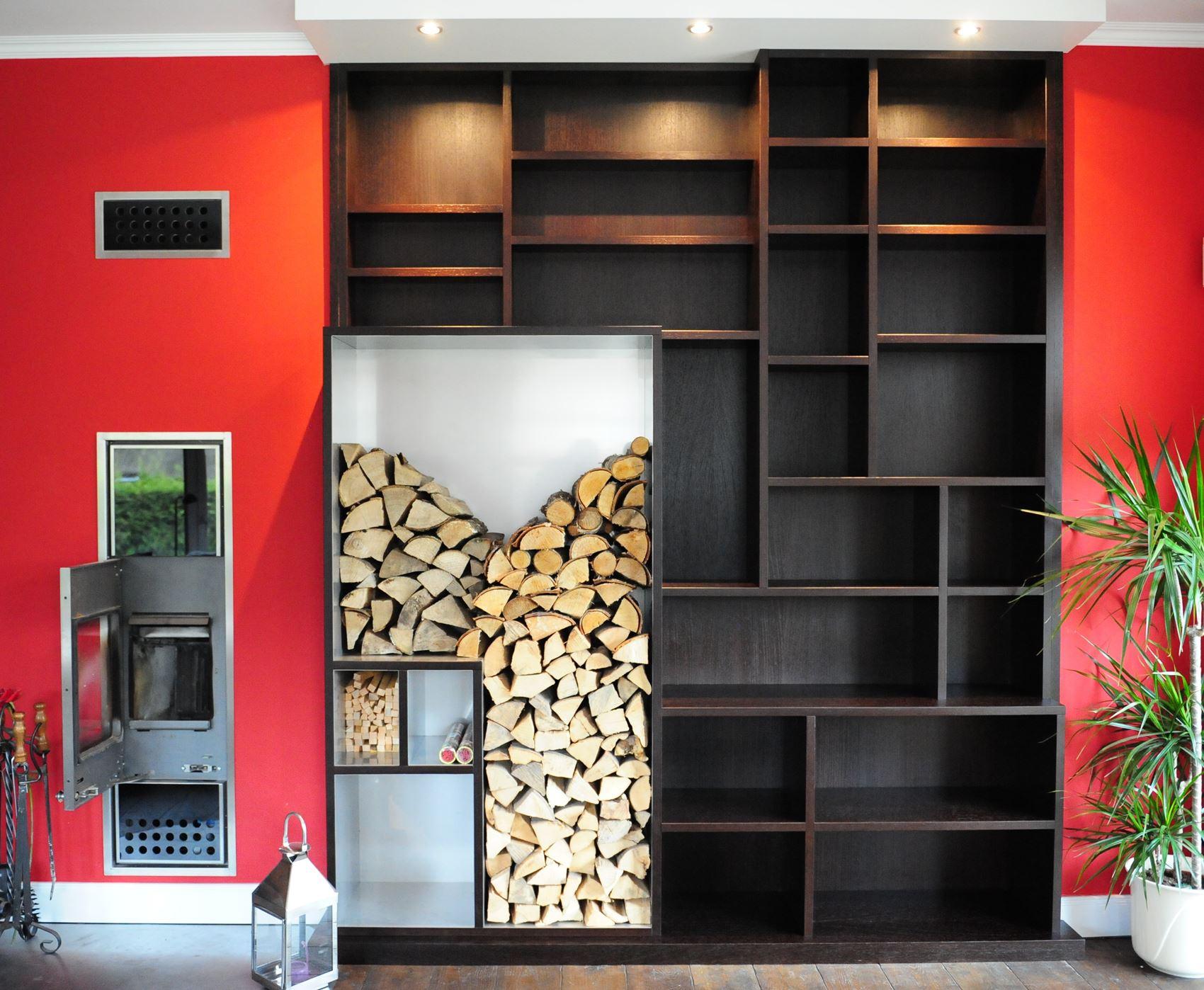 Kaminholz- und Bücherregal kombiniert