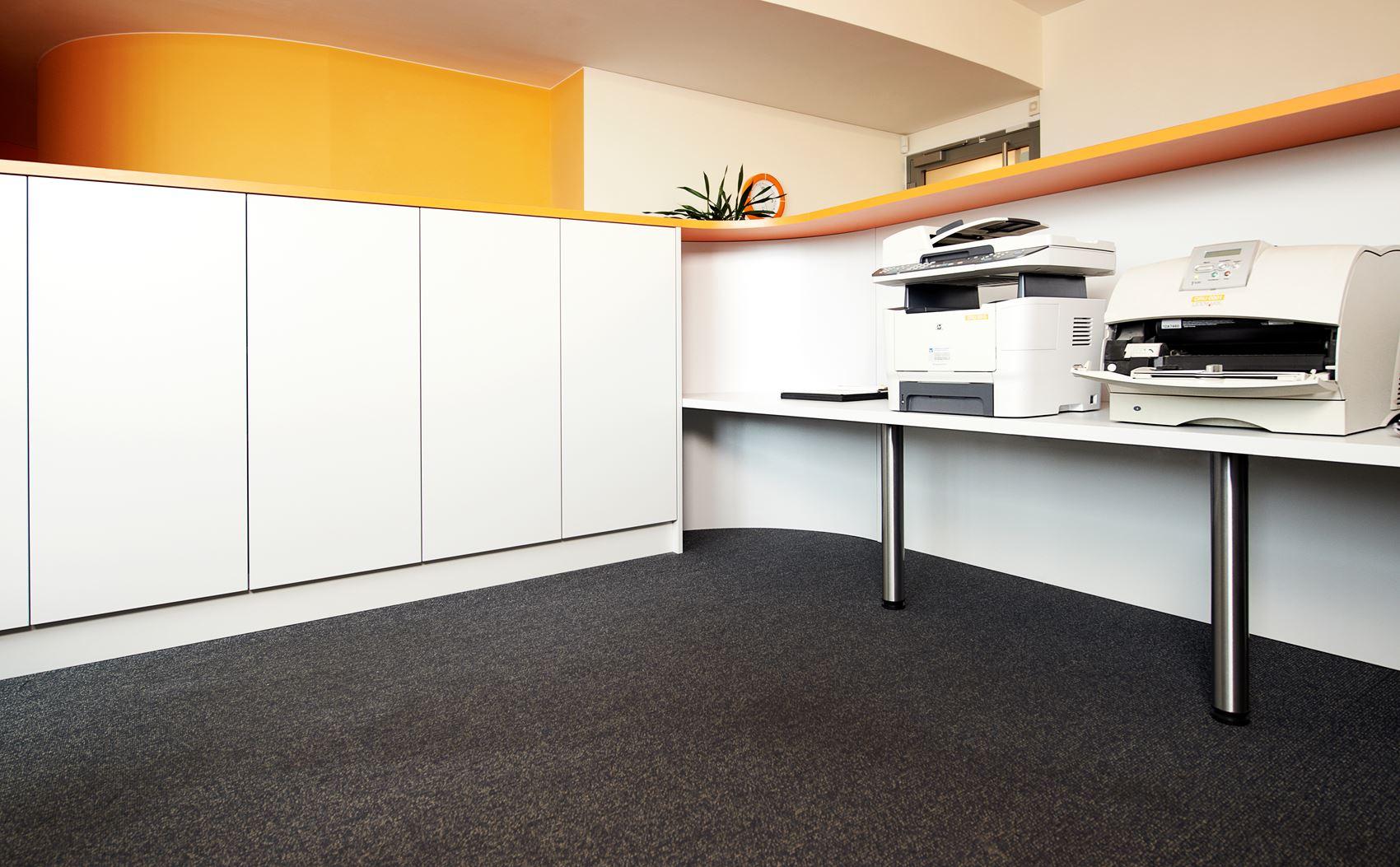 empfangstresen in firmenfarben hamburger m bel. Black Bedroom Furniture Sets. Home Design Ideas