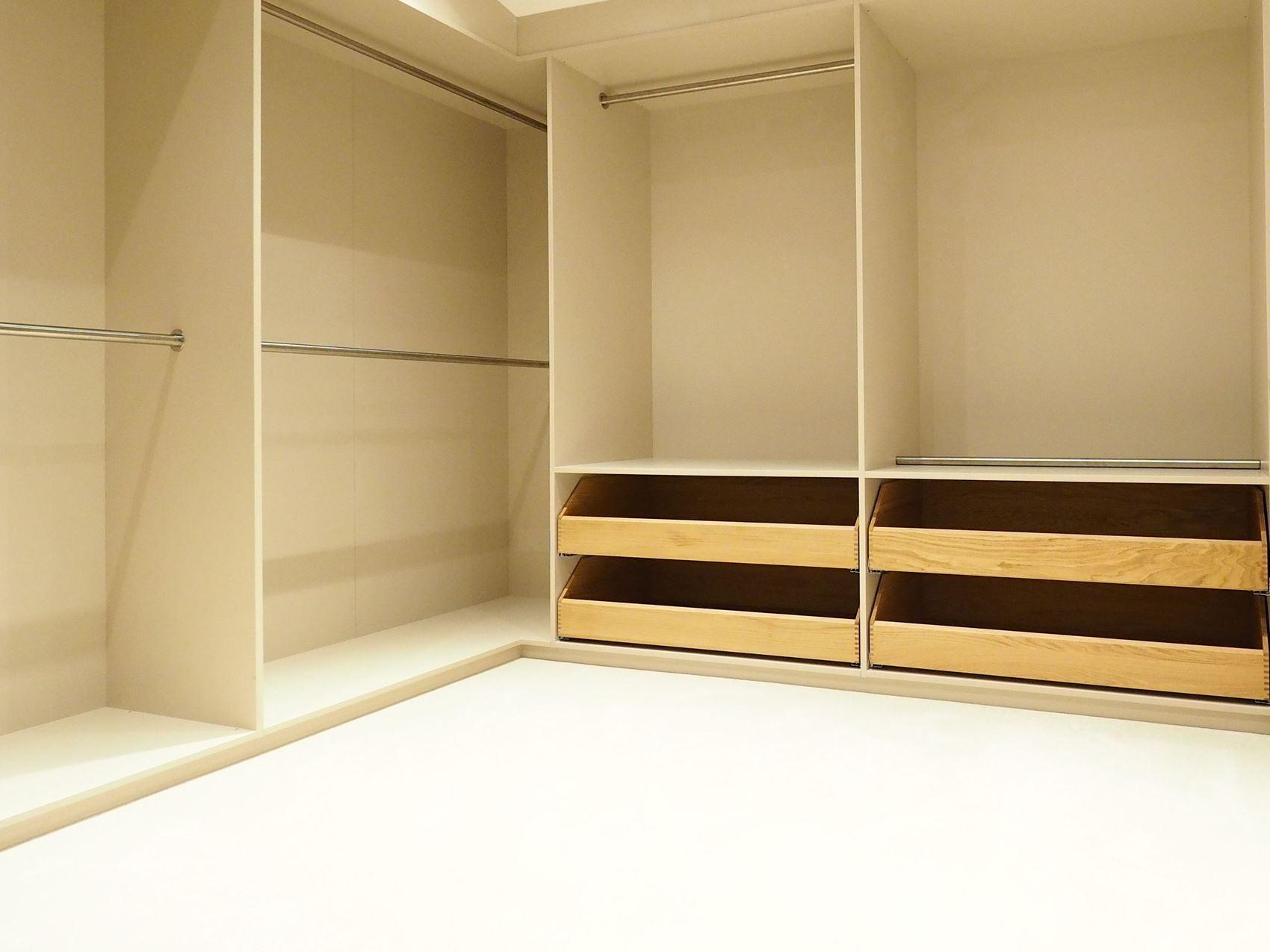Ankleidezimmer vom Tischler in Hamburg mit offenen Borden, Schubladen und Kleiderstangen