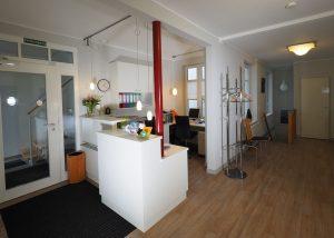 Empfangstresen einer Praxis HAMBURGERmöbel - Tischlerei in Hamburg