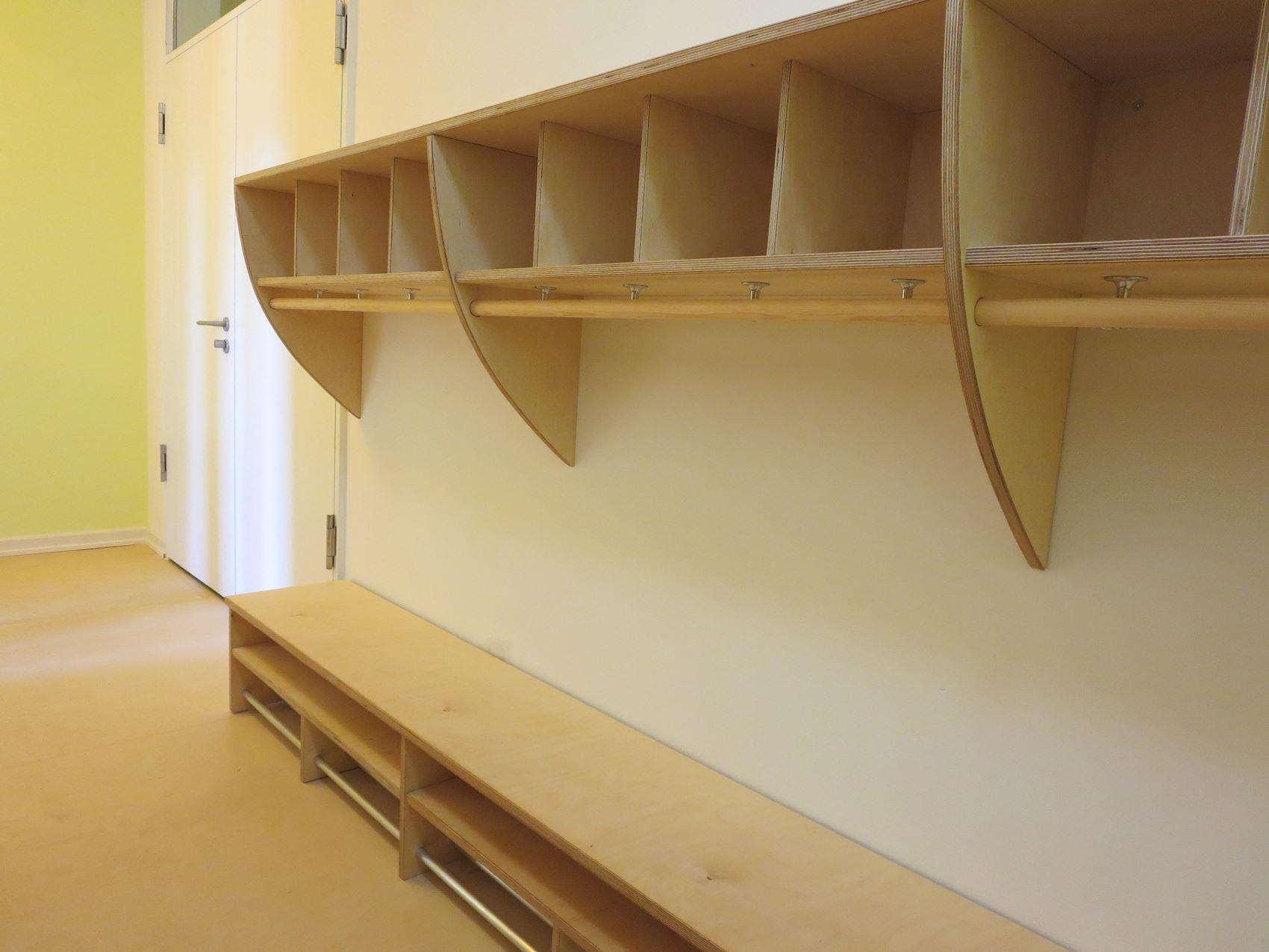 Garderobe für viele Kinder aus hellem Multiplex