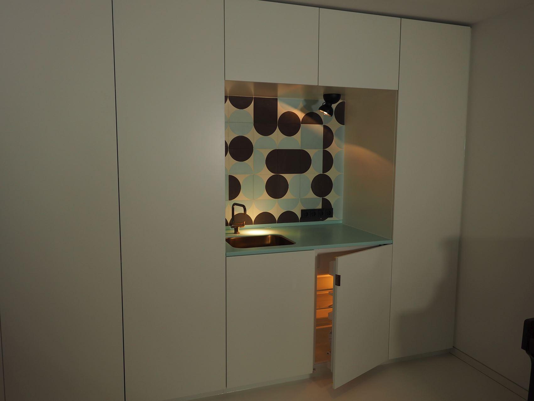 Gästeküche mit Kühlschrank vom Tischler in Hamburg – HAMBURGERmöbel