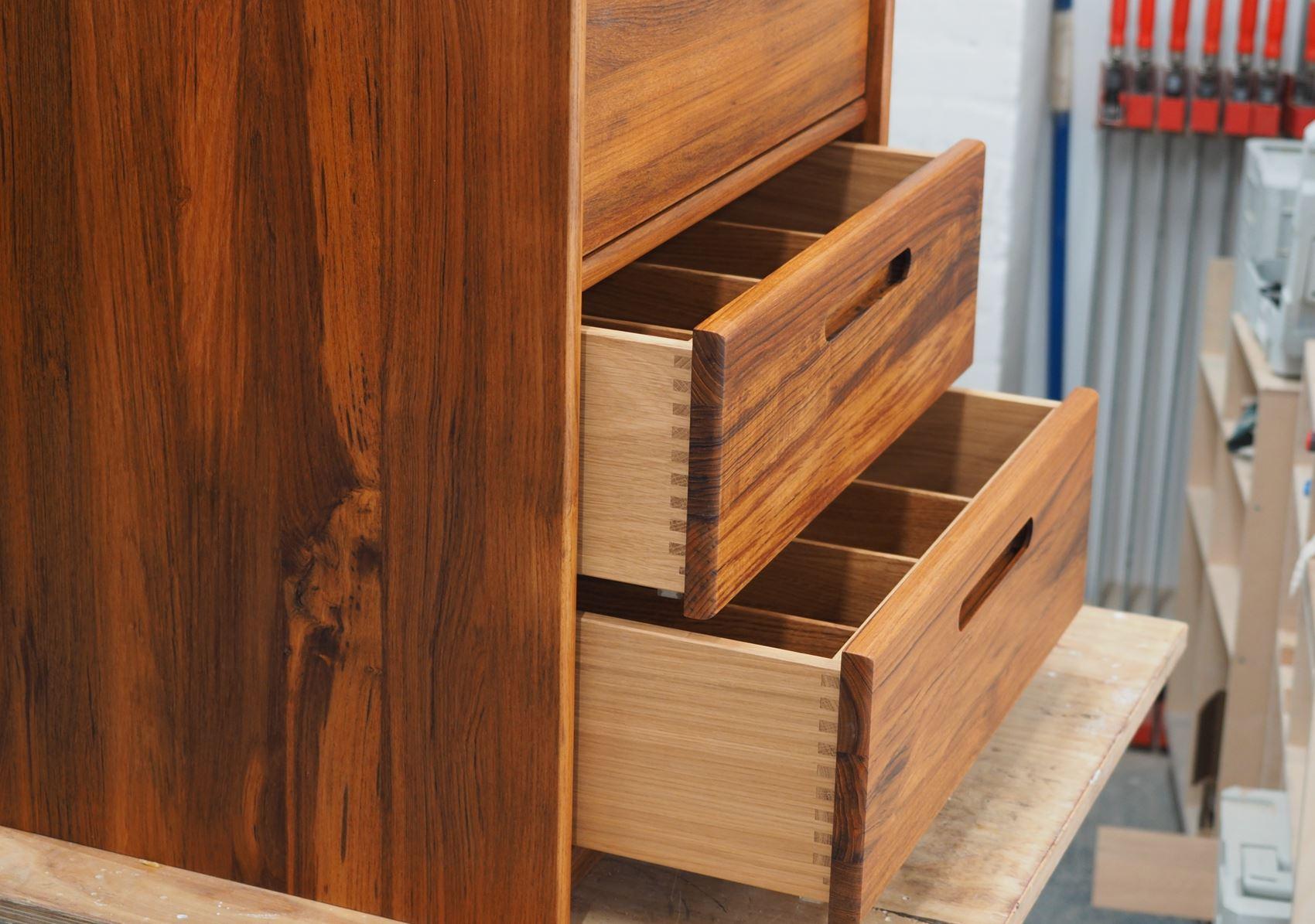 Sideboard mit gezinkten Schubladen vom Tischler in Hamburg – ©HAMBURGERmöbel