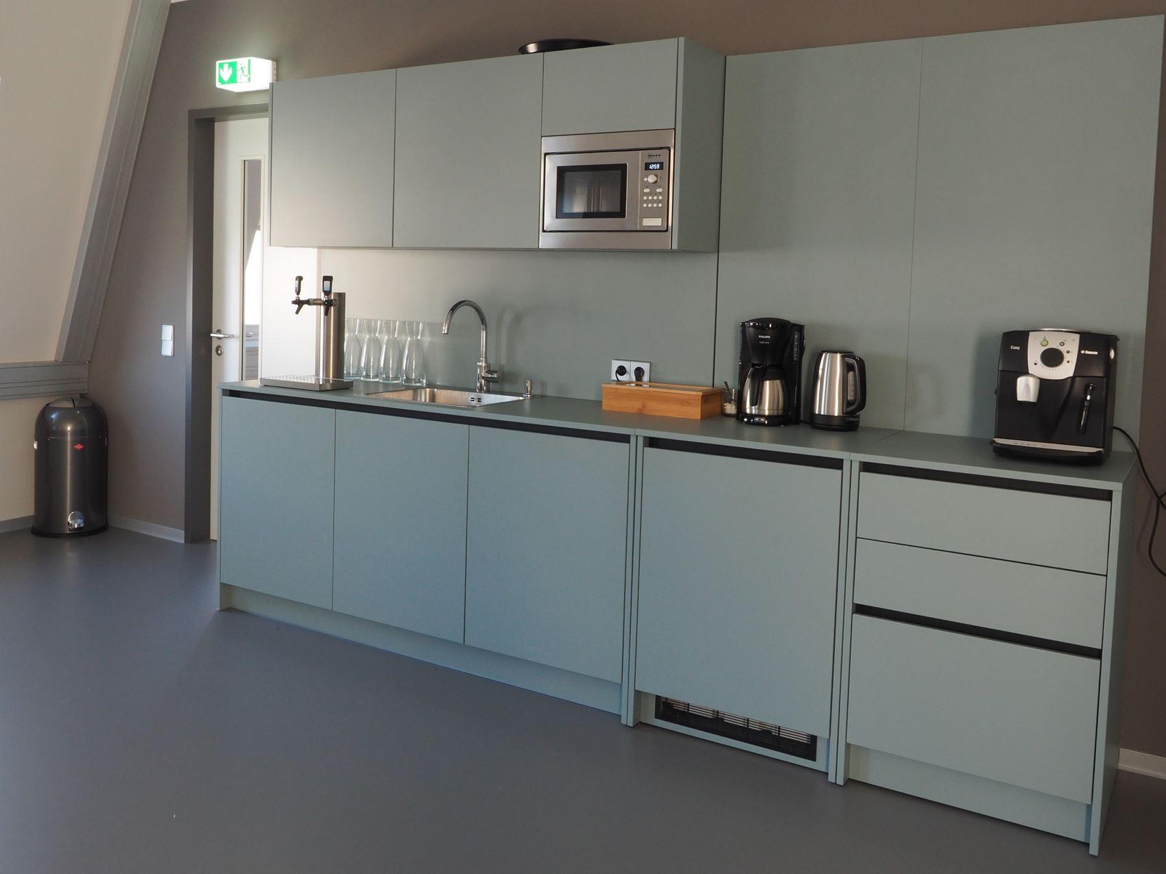 Kücheneinrichtung für Mitarbeiter Tischlerei ©HAMBURGERmöbel